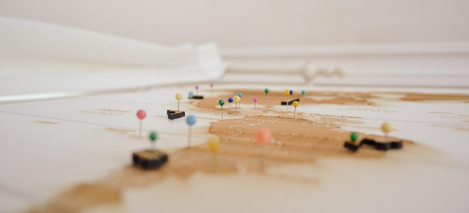 una mappa con segnaposti come metafora di google maps