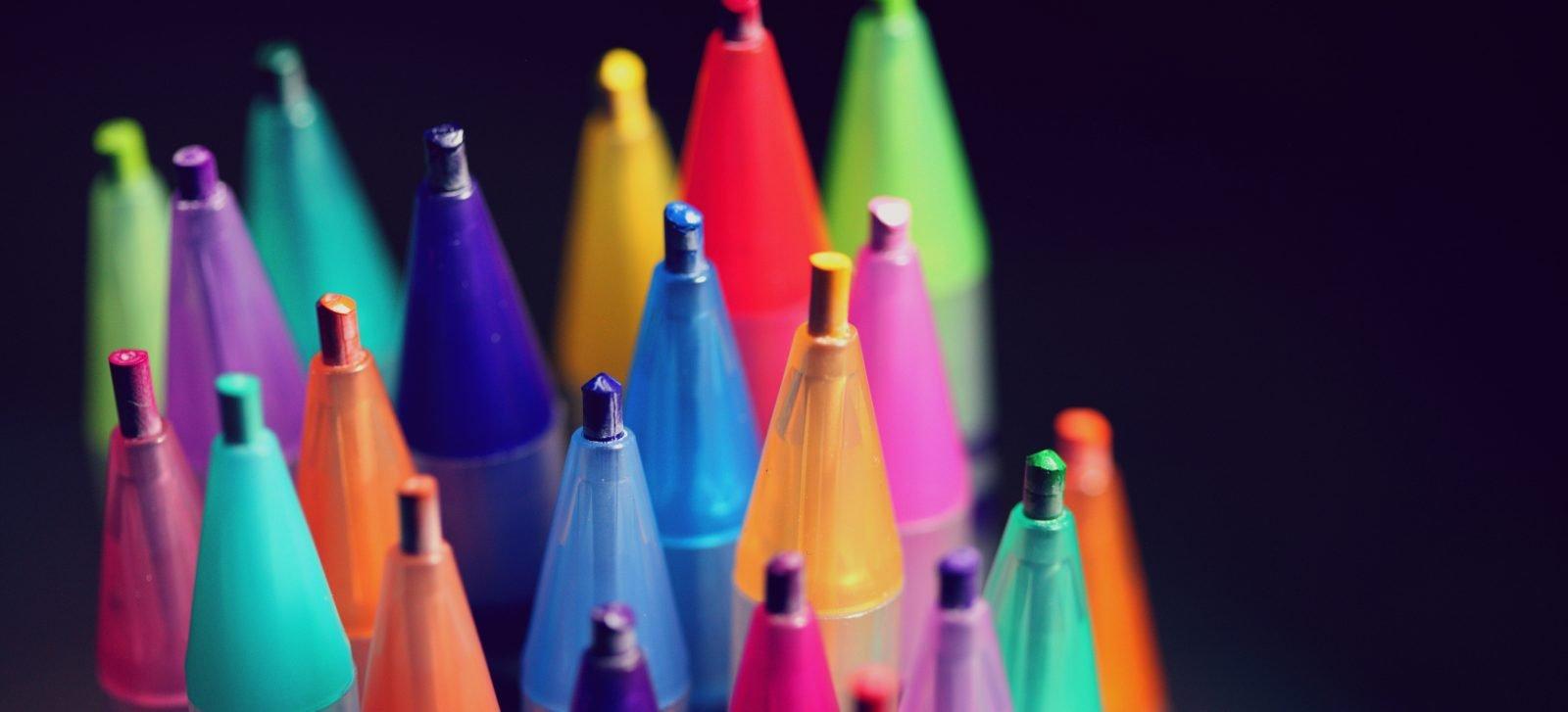 matite colorate come simbolo di linguaggio inclusivo
